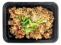 Чесночный рис с курицей и овощами